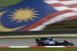 Marcus Ericsson i Malaysia, om någon nu trodde något annat med tanke på den jättelika flaggan ...