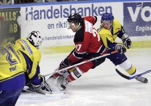 Mikael Sjödin byter röd HHC-dress mot S/L-tröja.
