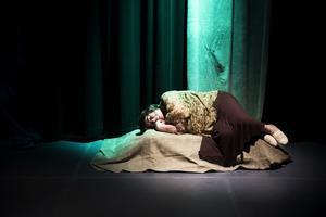 Stämningsfullt på scenen med en slumrande Hermia.