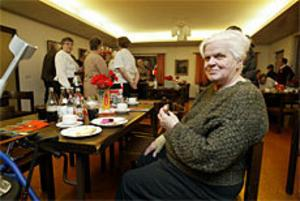 Lilly Larsson, som besökte Frälsningsarméns julbord för första gången, väntade medan hon fick hjälp med att hämta julmaten. Foto: Lars Wigert