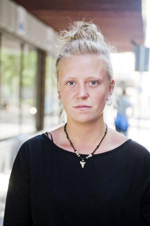 Malin Nymark-Mineur, 18 år, Gävle:– Jag har ingen direkt åsikt men jag tror att det är lättare att få jobb genom kontakter än via Arbetsförmedlingen.