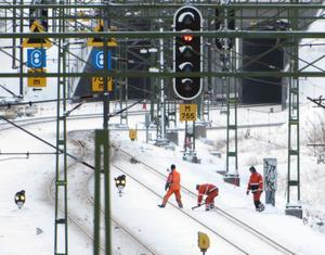 Satsa på underhåll och renovering av järnvägarna, manar skribenten.