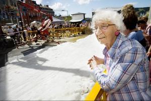 Elsa Kristoffersson, Östersund, har dottern Margareta Hemberg, från Stockhom, på besök. När de tittat klart ska de hem och äta surströmming.