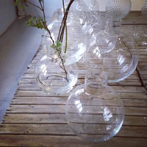 Formgivaren Carina Seth Andersons generösa, runda flaskliknande vas tillverkas på Skrufs Glasbruk och säljs bland annat på Garbo Interiors i Stockholm.