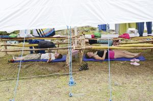 Soft. För de som vill ta det lite lugnt kan man göra det under bordet i tältet.