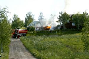 Explosionsartad. Branden i garaget blev explosionsartad och eftersom det fanns gastuber i byggnaden fick räddningstjänsten inrikta sig på att rädda de hus som låg intill.
