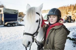 Amanda Sjökvist tävlade med två hästar, här vännernas ponny Tara.