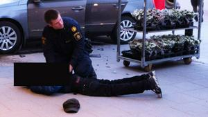 Flera besökare på Hälla blev vittnen då polisen grep flera misstänkta vid den stora parkeringen utanför Ica och Hälla shopping.