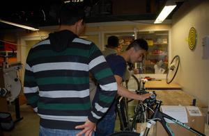 De färdiga cyklarna väckte intresse. Reza Hosseini tittar på en modell värd 20000 kronor.