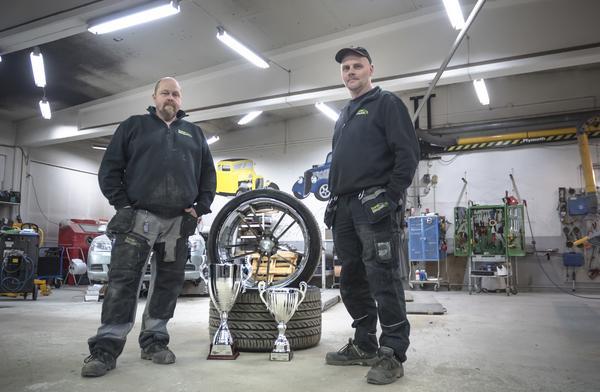 Leif Pålsson och Jörgen Persson har tlllsammans med sina kollegor lagt många timmar på den Dodge Charger som sopade rent på prisbordet under Bilsport performance & custom motor show.