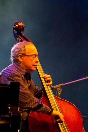 Legendariske basisten Eddie Gomez spelar med sin kvartett i Sundsvall på tisdag kväll, i Härnösand på onsdag kväll och i Örnsköldsvik på fredag kväll.