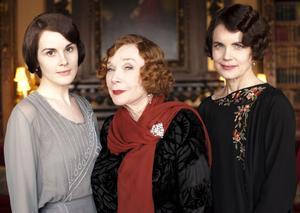 Amerikansk handlingskraftighet (och rikedom) står mot brittisk handfallenhet och konservatism i Downton Abbey. I denna tredje säsong introduceras Mrs Levinson (Shirley Maclaine).