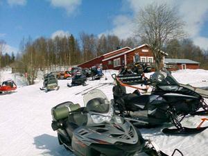 Snöläget varierar kraftigt. I Frostviken är det närmast rekordvinter och vissa ledkryss står fortfarande under snö. Här har också de statliga skoterlederna öppet till 2 maj.