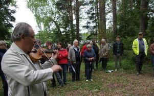 Lars Winnersjö spelade fiol för deltagarna i invigningen av kanotleden i södra By.FOTO: KERSTIN ERIKSSON