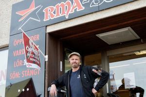 Roger Mattsson, delägare i RMA-Service, säljer butiken, verkstaden för småmotorer och cyklar och fastigheten.