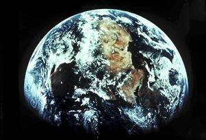 Det behövs både pengar och engagemang av alla oss människor, för att ställa om till en hållbar framtid, skriver Elisabet Zemturis.