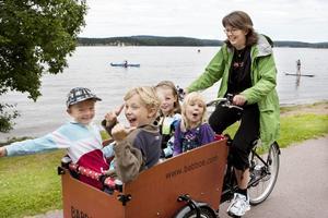 Den som ville fick prova på att köra en cykel med vagn. I lådan sitter Anton Fagerlund, Eric Croner, Lina Croner och Elin Fagerlund, och Anna Dungen kör.