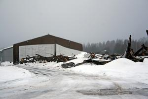 Delar av taket har rasat in i ett av tre magasin i Laxå Logistikpark. De andra två magasinen har rasat ihop totalt. Lars Vinger, fastighetsskötare för Laxå Logistikpark säger att värdet för magasinen är flera miljoner kronor. BILD: TOVE SVENSSON