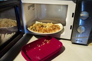 Skippa matlådan i plast och mikra maten på en tallrik eller behållare av glas eller keramik.