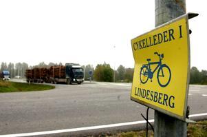 Rörig miljö. En rondell vid rastplatsen skulle ge en säkrare trafikmiljö. Siggebohyttevägen och Fotbollsgatans samt en cykelbanas anslutningar till riksväg 50 sker i dag inte på samma punkt. bild michael landberg
