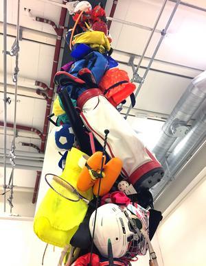 Sex meter sportgrejer hänger från taket i Västerås konstmuseum.