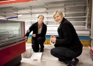Lena Sundin och Elsie van Cotthem hjälps åt att sätta färg på Föllinges nya matbutik.