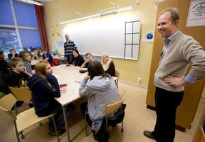 Joakim Byström var den som berättade för dotterns klass och läraren Tobias Hedenström om de nya böckerna som kan köpas in.