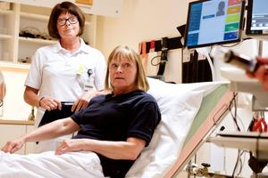 Eva Ljungberg agerar patient och  sjuksköterskan Lena Moén  utför sitt vanliga arbete när den nya tekniken i akutrummet i Funäsdalen  visades upp.