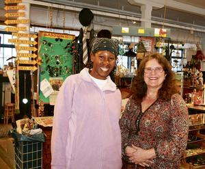 Elisabeth Maigua från Kenya tillsammans med Sickan Palm, volontär på Strömbacka Återvinning. Bild: Åsa Slobodnik.
