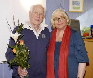 Stig Strängby tilldelades medlemsnål i guld av Ingrid Kallberg.
