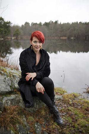 Madeleine Bäcks debutbok växte och blev till en hel trilogi. Nu kommer första delen