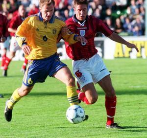 Jonas Wallerstedt i kamp med Englands Matthew Upson under U21-kvalmatchen på Idrottsparken den 4 september 1998.