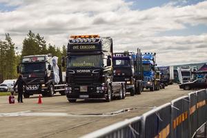 Lastbilarna radade upp sig för start på Färila raceway.