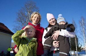 Lina Byström och Jessica Loveblad är föräldrar och aktiva i kooperativet. De bor i Orrviken och Målsta och åker alltså över Storsjön till Norderön varje dag med sina barn Sofia och Gottfrid.– Det går jättebra. Stunden på färjan blir en stund som man behöver tillsammans med barnet, säger Lina.