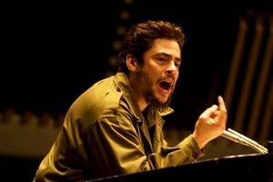 Ska man skratta eller gråta? Benicio Del Toro frustar sig igenom dryga två timmars revolutionsromantisk Che-hyllning.