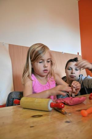 Nya lokaler. De nya lokalerna bidrar också till att föräldrarna är med sina barn mer än i den förra jättestora lokalen, berättar Ellinor Welamsson med dottern Thea Rauséus, fyra år.