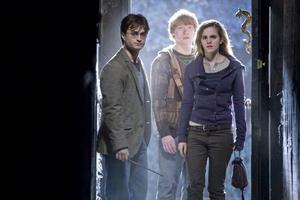 Harry, Ron och Hermoine är snart vuxna och mer upptagna av relationer än trolleri.