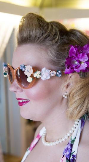 Ett par solglasögon i modell cateye med blommor.