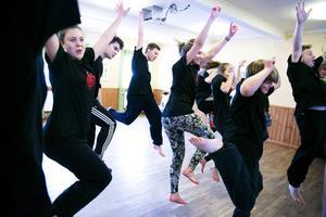 Ensemblen har redan börjat träna på några koreografier och börjat att läsa manus.