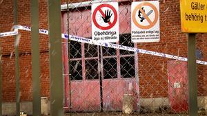 Vad som hänt den 32-årige mannen som hittades svårt skadad i den här industrilokalen är en gåta för polisen.