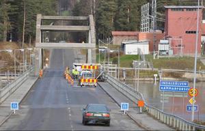 Trafikanterna på Hammarforsbron har inte sett mycket av det omfattande målningsarbetet när de passerat. Det beror på att jobbet har utförts under bron!Foto: Ingvar Ericsson