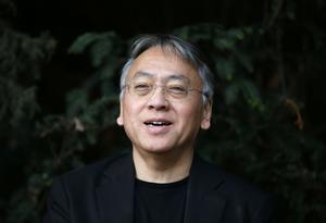 Kazuo Ishiguro på en presskonferens i London efter att han nåtts av beskedet om att han vunnit Nobelpriset i litteratur.