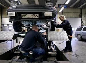 Svensk Bilprovning fick mycket högt betyg av svenska folket, men regeringen sålde ut delar av monopolet. Resultatet: det blev dyrare och krångligare.