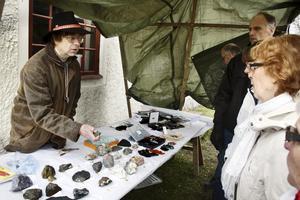 Mineralvisning. Amatörgeolog John Tarkkanen visade och berättade om vilka mineraler man kan hitta i trakten.