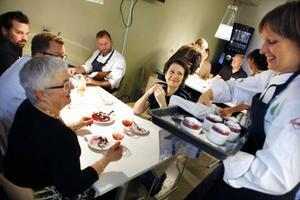 Ulrika Brydling var inspiratör för kocksamlingen under måndagen. Här serverar hon efterätten - en smarrig sufflé med bär.