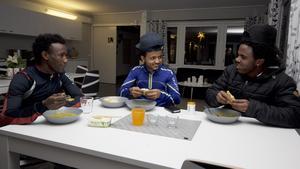 Eritreanerna Andom Weldehelase, Halefom Tadese och Sami Segeg har alla bott på HVB-boendet Smedjan i Skinnskatteberg. De har permanent uppehållstillstånd och bor nu i kommunens träningslägenheter. 2015 tog kommunen emot runt 45 ensamkommande unga. Årets prognos var ett 15-tal.