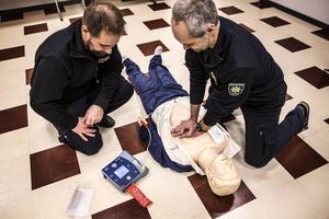 Fredrik Ericson och Patrik Jacobsson demonstrerar Hjärt- lungräddning och användande av en hjärtstartare.