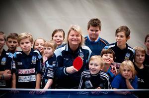 Anna-Carin Larsson är en av flera huvudansvarig tränare i Ås IF .