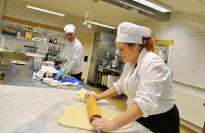 BAKDAGS. Lindita Shalan, JN-gymnasiet, bakade wienerbröd för glatta livet. Annars är det kock hon vill bli. Läraren Bennie Eriksson i bakgrunden.