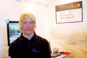 Erik Dahlberg på skidlinjen demonstrerade hemsidan idrottsbädden.se Foto: Leif Eriksson